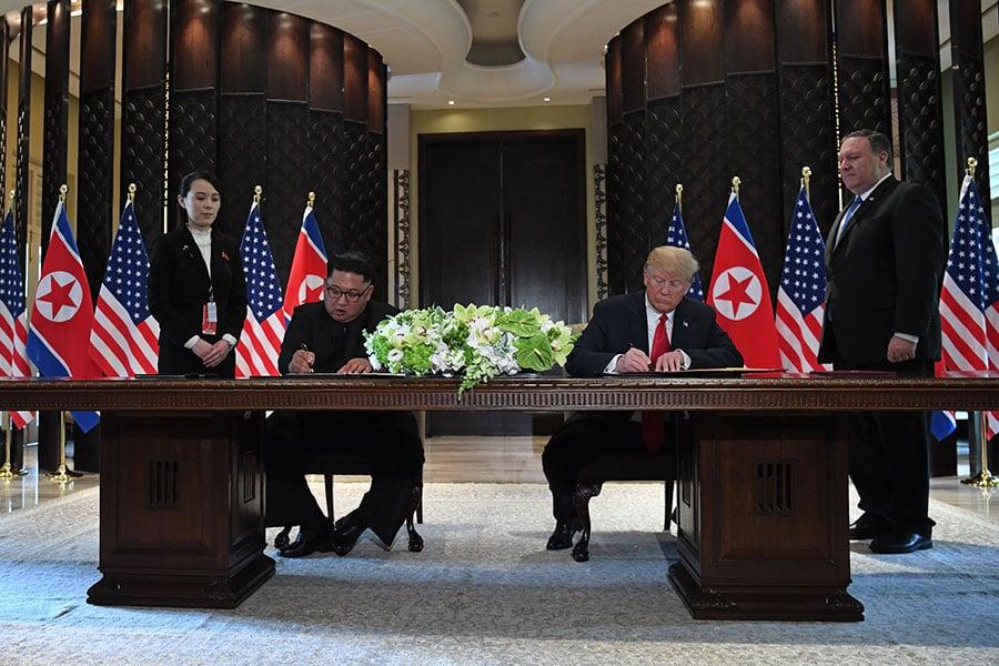 北韓一直是中共手中對抗美國的撲克牌,中共將在特金會後扮演何種角色?又如何應對與美國日益難解的貿易衝突?圖為美國總統特朗普和北韓領導人金正恩周二(6月12日)進行會談,並公開簽署文件。(SAUL LOEB/AFP/Getty Images)