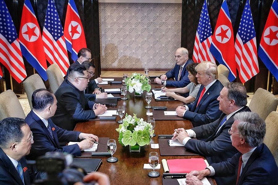 金正恩與特朗普總統及雙方代表會談。(Kevin Lim/The Strait Times/Handout/Getty Images)