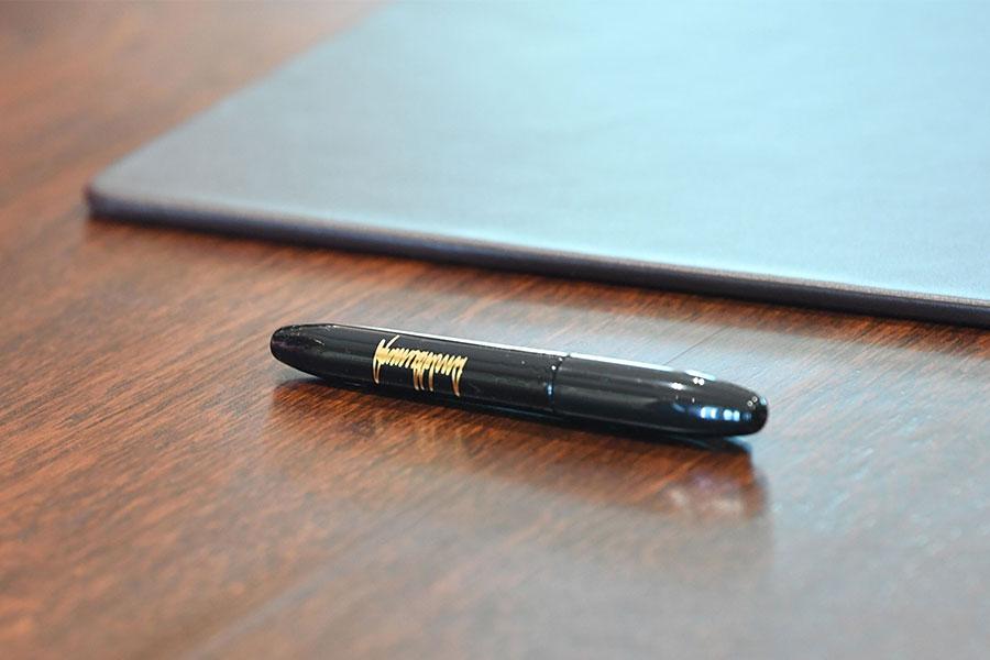 金正恩用來簽署協議的鋼筆上,有特朗普的簽署。(SAUL LOEB/AFP/Getty Images)
