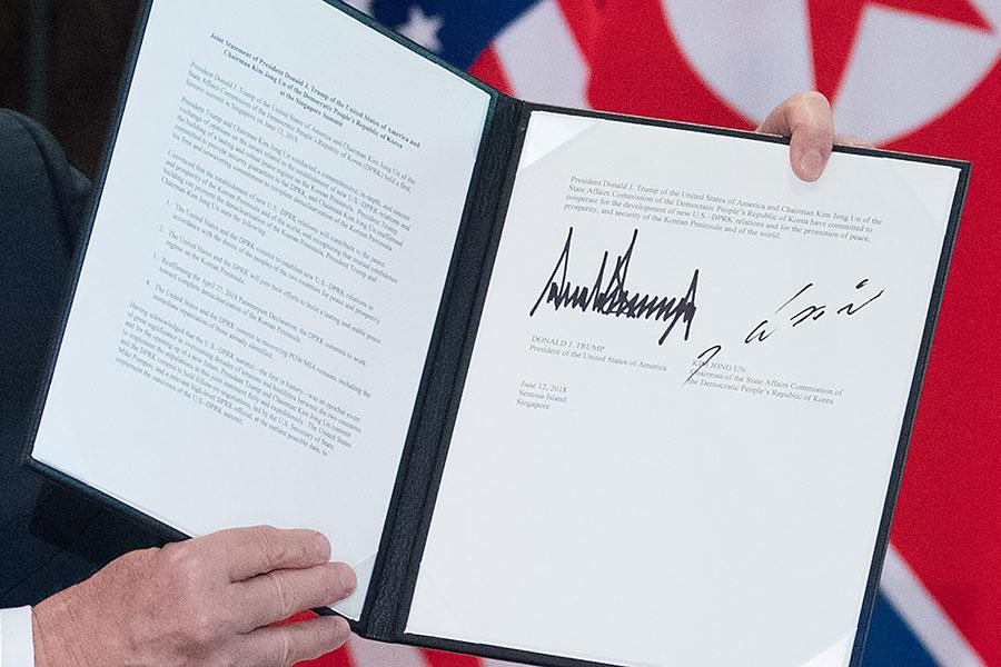 特朗普與金正恩在儀式上簽署的聯合協議。(SAUL LOEB/AFP/Getty Images)