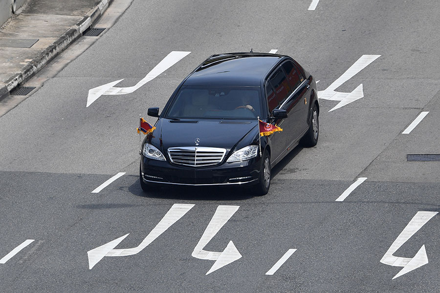 一輛據信載著金正恩的房車,正在駛離聖淘沙島。(TED ALJIBE/AFP/Getty Images)