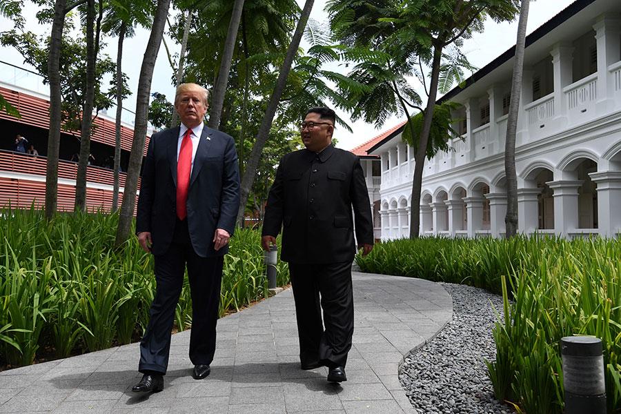 特金會被指「大手拉小手」。(AFP PHOTO/SAUL LOEB)