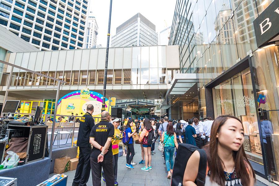 擔心民主後退等多項原因,2017年香港申請移民加拿大人數激增30%。(shutterstock)