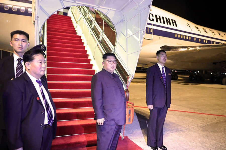 北韓黨魁金正恩一行乘坐的兩架中方提供的波音747-4J6專機,一架突然中途改道降落北京。(Ministry of Communications and Information Singapore via Getty Images)