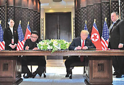 昨日下午1點40分,特朗普(右二)與金正恩(左二)簽署美朝聯合聲明。右一為美國國務卿蓬佩奧,左一為金正恩妹妹金與正。(SAUL LOEB/AFP/Getty Images)