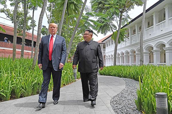 美國總統特朗普與北韓領導人金正恩歷史性會晤,並強調要致力於朝鮮半島無核化問題以及重建新型美朝關係,令亞洲以至世界局勢走向新階段。(Getty Images)