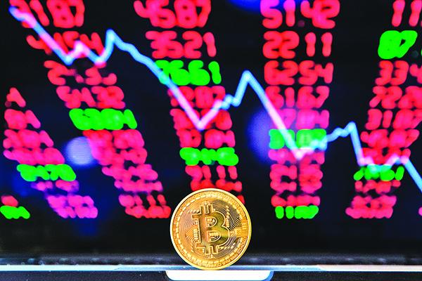 又傳虛擬貨幣交易所遭駭,波及比特幣跌至近兩個月最低點,與年初相比價格腰斬,較去年十二月高點更跌掉近三分之二。(Getty Images)