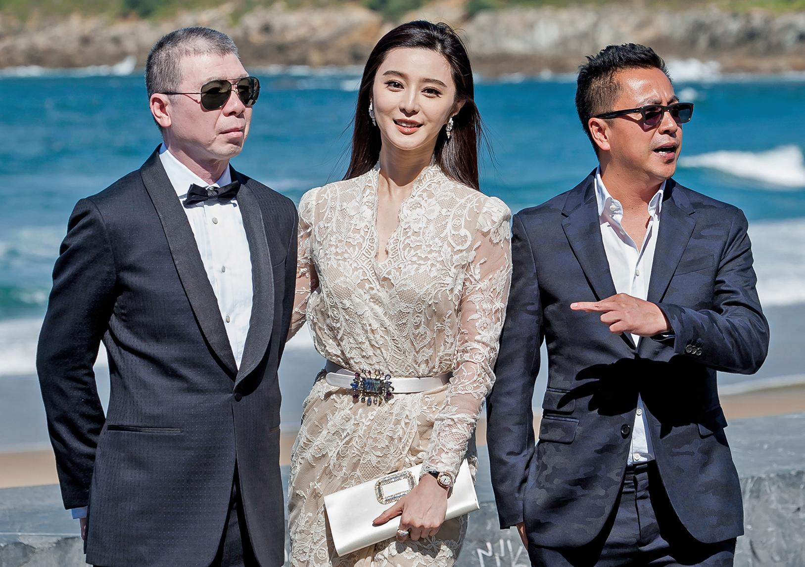 2016年9月,華誼兄弟掌門人王中磊(右)與導演馮小剛(左)、影星范冰冰(中)到西班牙參加第64屆聖塞瓦斯蒂安國際電影節。(AFP)