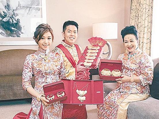 新奶奶薛家燕在斟茶儀式上送金器禮物給一對新人,出手闊綽。(網絡圖片)