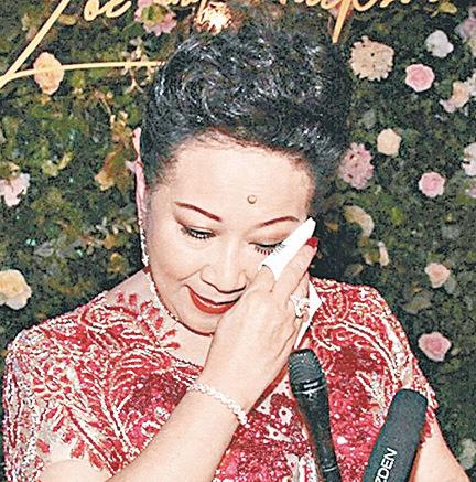 薛家燕受訪時對兒子大婚之喜高興落淚,囑咐他要愛鍚太太。(網絡圖片)