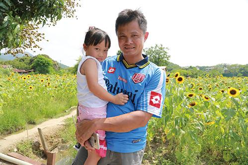 來自將軍澳的王先生,專程帶小朋友前往欣賞花田。(陳仲明/大紀元)