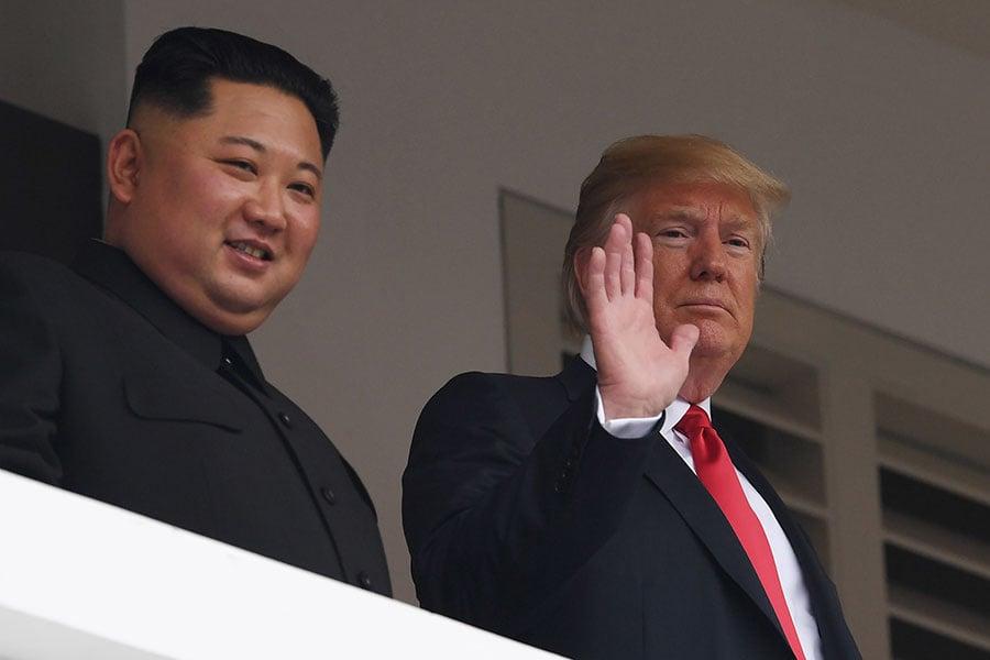 2018年6月12日,特朗普與金正恩進行了約35分鐘的私人會談後,兩人步出會場在露台上向媒體記者們揮手。(SAUL LOEB/AFP/Getty Images)