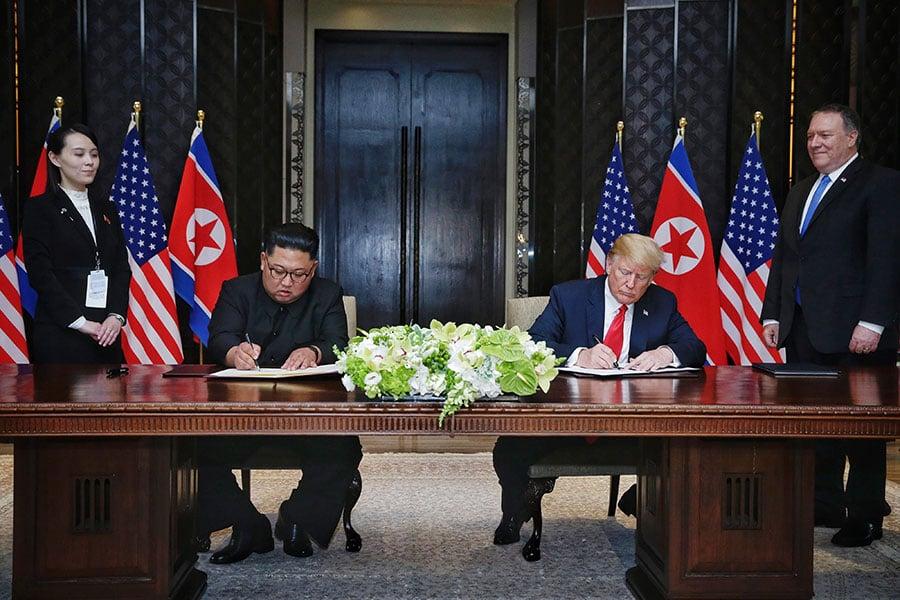 美國總統特朗普和北韓領導人金正恩12日進行眾所矚目的「特金會」,兩人會談後公開簽署文件。(Kevin Lim/The Strait Times/Handout/Getty Images)