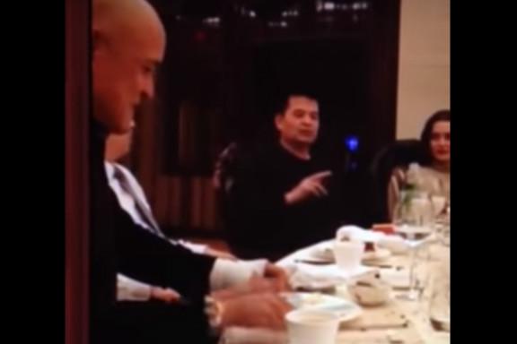 圖為2015年4月6日,畢福劍在酒桌上唱戲調侃毛澤東。(視像擷圖)