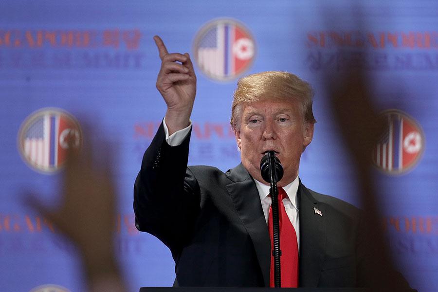 圖為美朝簽署聯合聲明後,美國總統特朗普在記者會上。(Win McNamee/Getty Images)