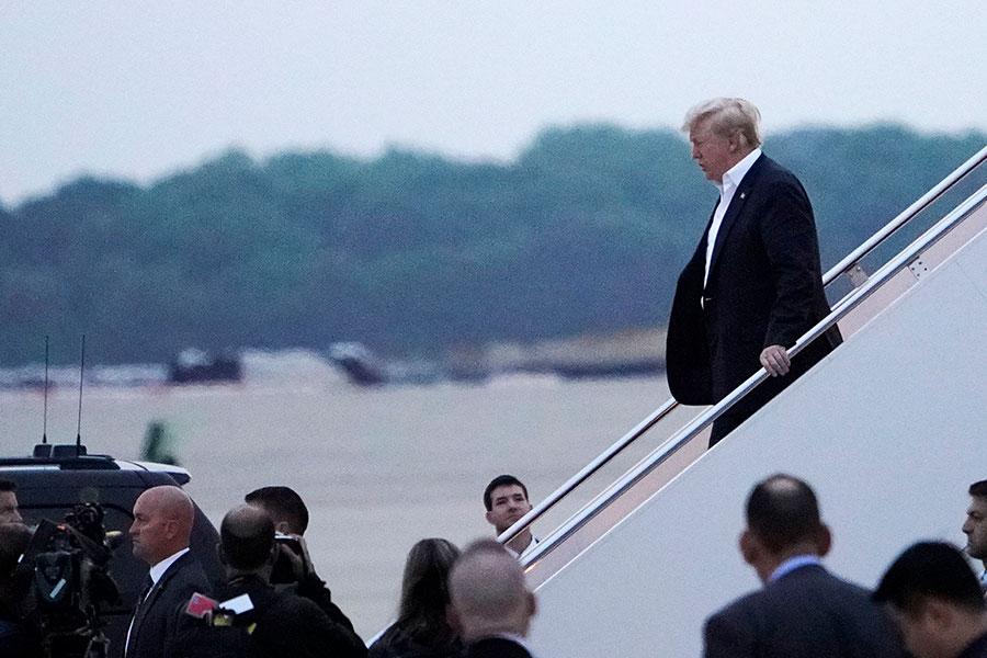 在經過了23個半小時的長途飛行後,美國總統特朗普乘坐空軍一號在美東時間周三(6月13日)早上5時半回到美國。(Mandel Ngan/AFP/Getty Images)