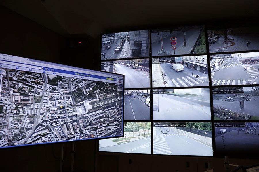 攝像機可以拍出系列監控城市和路面的畫面。(PATRICK KOVARIK/AFP/Getty Images)