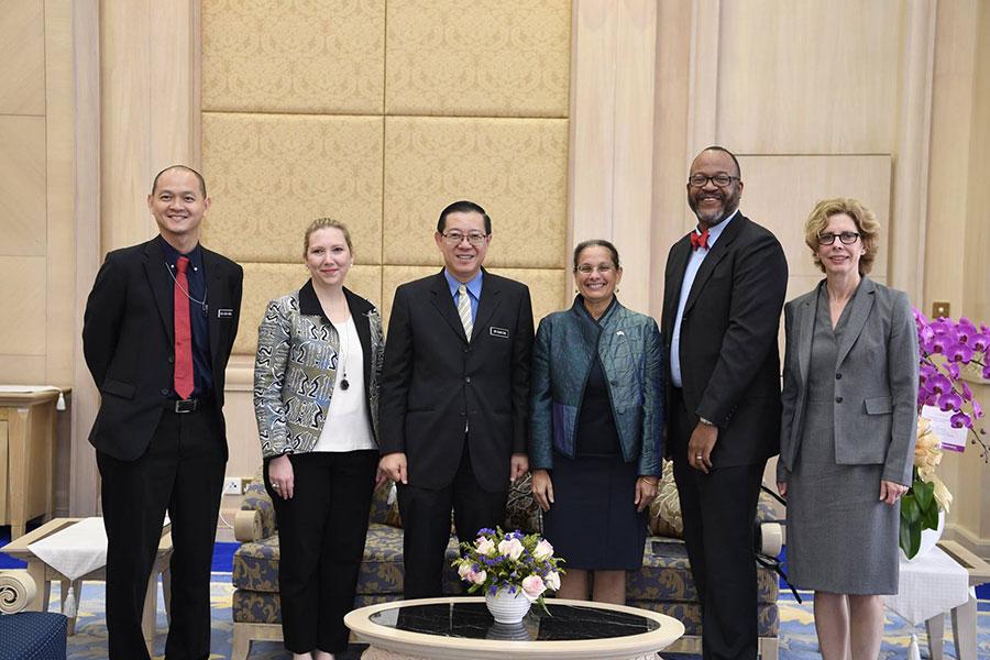 馬來西亞財政部長林冠英(左三)與美國駐馬大使卡瑪拉・拉克德爾女士(右三)和隨行官員們一起合影。 (馬來西亞財政部官方Facebook)