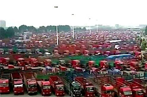 中國多地貨車司機8日起在多省發動罷工。圖為江西貨車司機罷工。(視像擷圖)