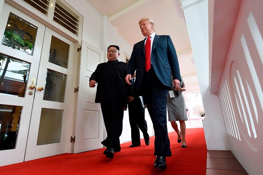 據媒體披露,金正恩為了氣勢上不輸給特朗普,可能穿了內增高鞋,但整個會晤過程完全被特朗普掌控。(SAUL LOEB/AFP/Getty Images)
