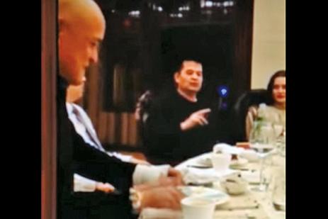 圖為2015年4月6日,畢福劍在酒桌上唱戲調侃毛澤東。(影片截圖)