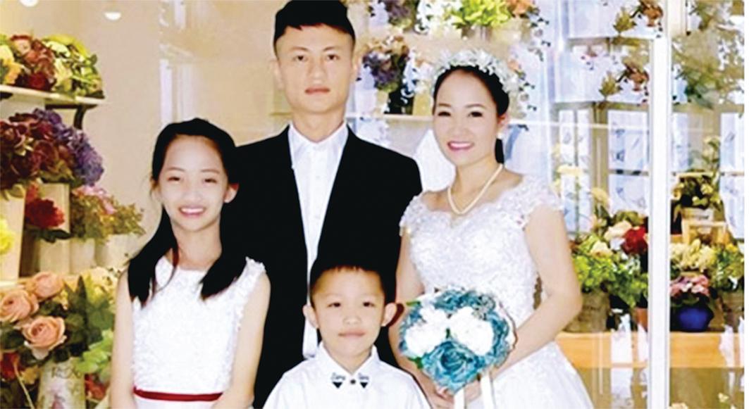 康復後的越南女商人Nguyen Thi Tuoi在結婚12周年紀念日和家人合影。(本人提供)