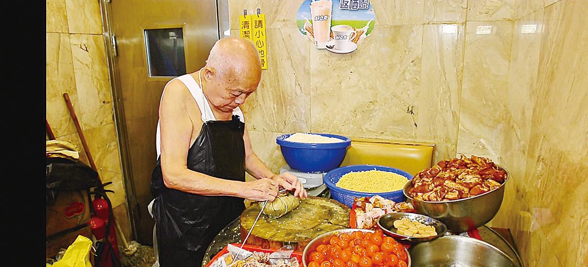 八十四歲的林伯包糭包足三十餘年,雖然已經退休,但逢大時大節都會返舖頭幫手。(宋碧龍/大紀元)
