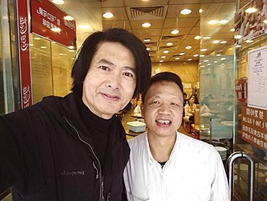 周潤發年初三來添樂園吃早餐,和員工劉鵬裕自拍合影。(受訪者提供)