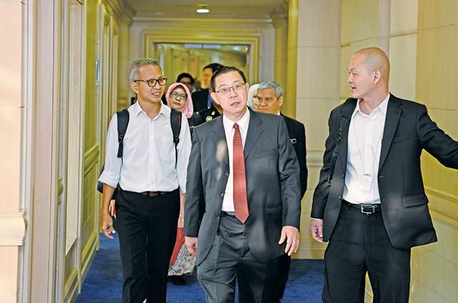 林冠英(中)於5月21日抵達馬來西亞財政部,正式走馬上任。(馬來西亞財政部提供)