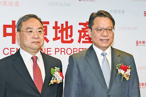 中原地產研究部高級聯席董事黃良昇(左)和亞太區主席兼行政總裁黃偉雄(右)(郭威利/大紀元)