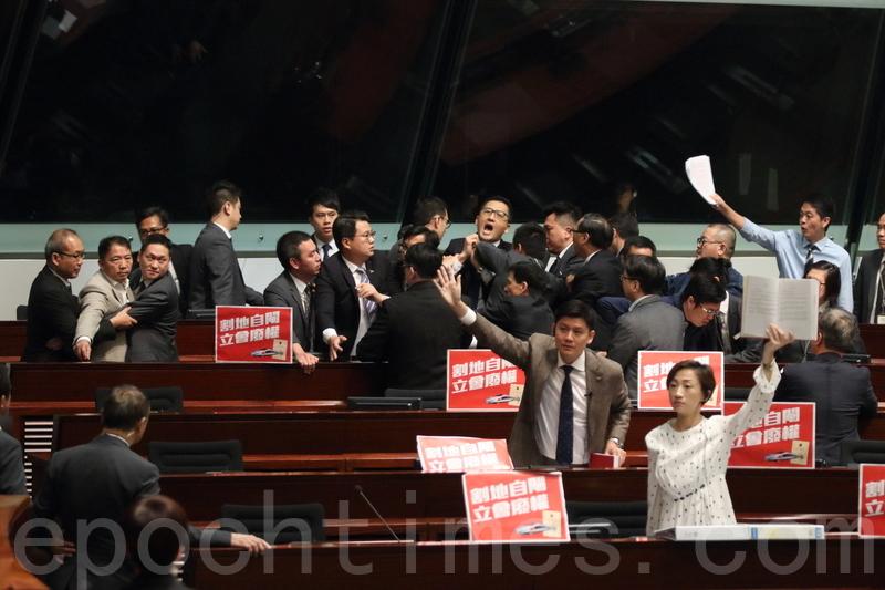 林卓廷等5位民主派議員被驅逐離場。(蔡雯文/大紀元)