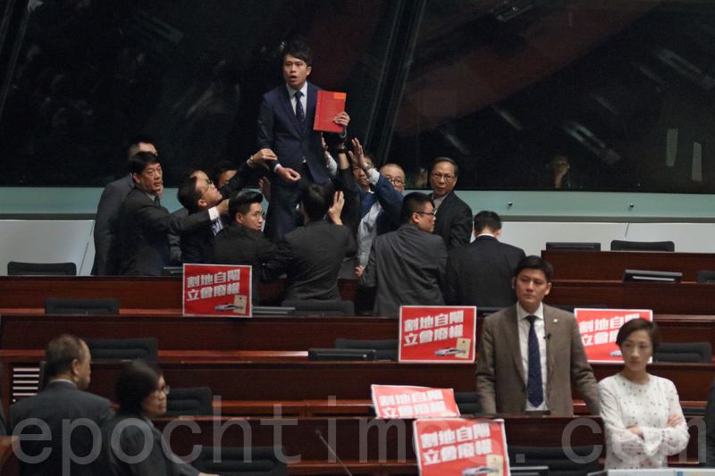 鄺俊宇站在台上,被指行為極不檢點,逐離會議廳。(蔡雯文/大紀元)