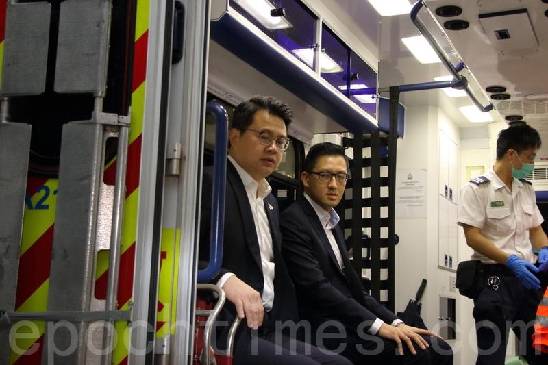 林卓廷和尹兆堅被趕離會議廳後報稱受傷,由救護車送院。(蔡雯文/大紀元)