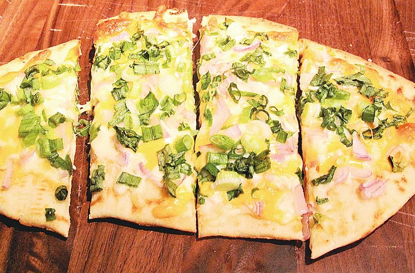 孩子也能成功做出芝士蔥油薄餅。