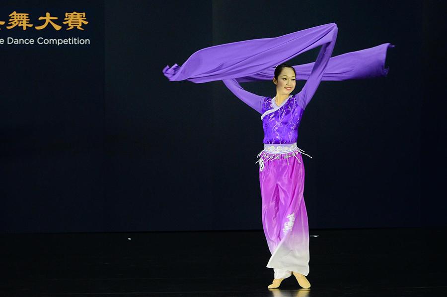 青年女子組選手楊彩眉參賽劇目是《蘭亭袖舞》。(宋碧龍/大紀元)