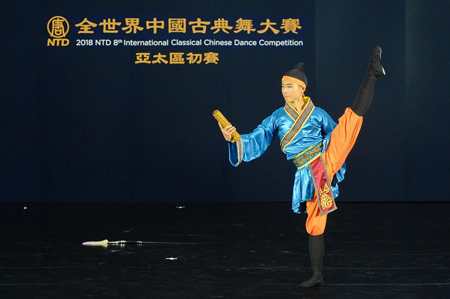 第八屆「全世界中國古典舞大賽」亞太區初賽青年男子組選手文譯賢參賽劇目《聞雞起舞  》。(宋碧龍/大紀元)