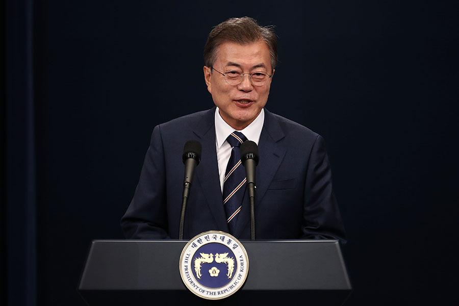 受到特金會成功舉辦的利好影響,南韓執政黨共同民主黨在地方選舉和國會議員補選中獲得了壓倒性勝利,總統文在寅(圖)的施政支持率亦升至75.1%。(Chung Sung-Jun/Getty Images)