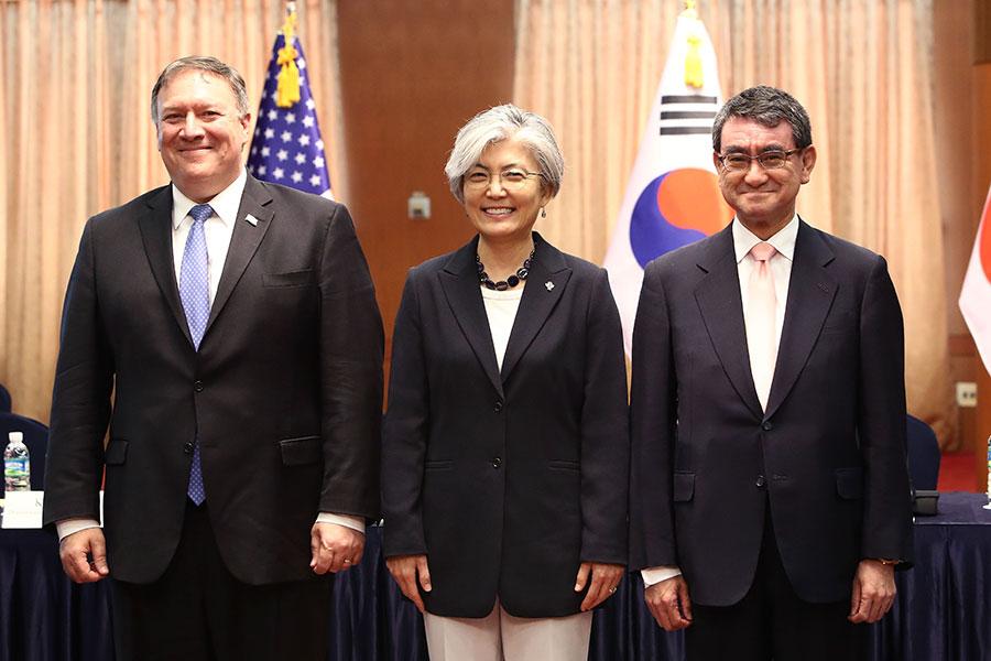 美國國務卿蓬佩奧(左)14日在南韓與日韓外長舉行會議。(Chung Sung-Jun/Getty Images)