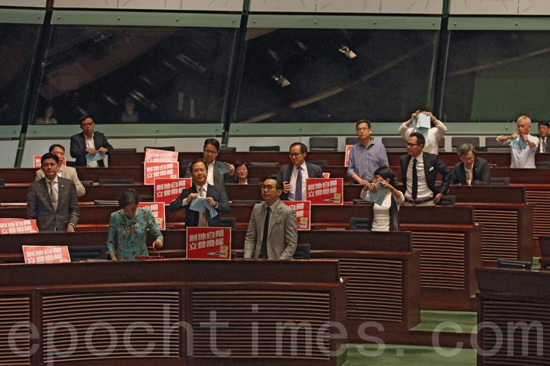 民主派議員在一地兩檢條例草案三讀通過後,站立並撕掉手上的草案文件。(蔡雯文/大紀元)