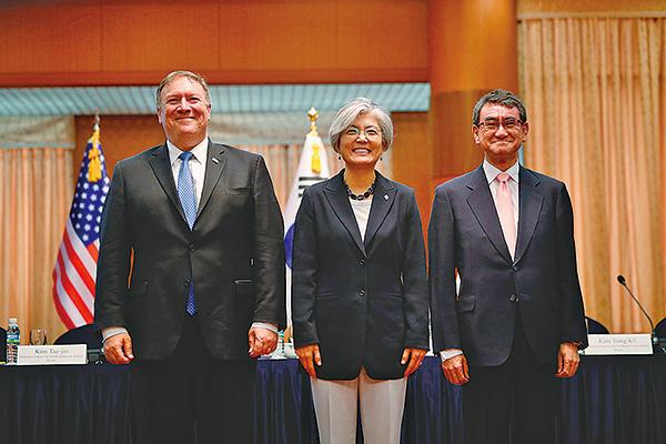 特金會後,美國國務卿蓬佩奧(左)14日在南韓與南韓外長康京和(中)及日本外務大臣河野太郎舉行會議。(Getty Images)