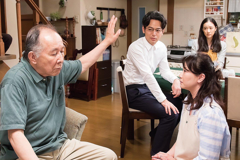 一家之主平田先生( 左一)這位父親幽默、詼諧、自以為是,在家中說一不二。