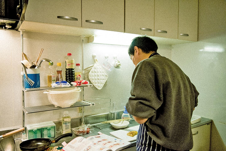 從未下過廚的單親爸爸,親自下廚為女兒準備便當。(Golden Scene提供)