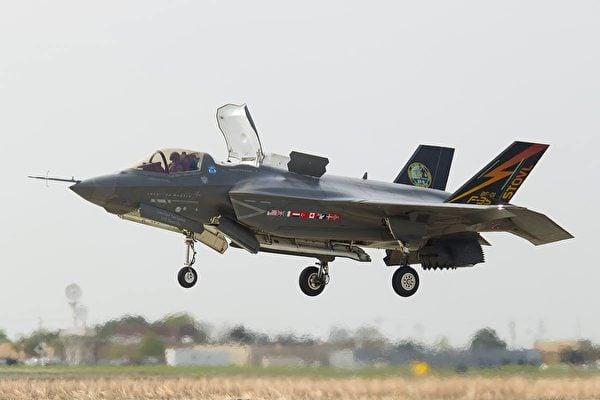 圖為美軍F-35B隱形戰機垂直降落。(F-35 Lightning II's Facebook)