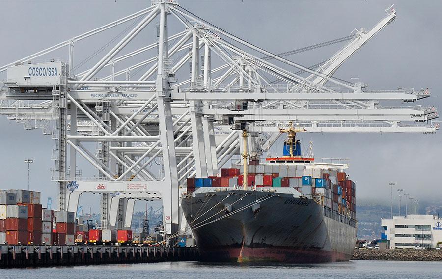 周五,美國貿易代表辦公室公佈擬加徵關稅的中國商品清單,計1,102項產品,自7月6日開始,對其中的818項加徵求25%關稅。圖為貨櫃船停泊在加州長灘碼頭。周五,美國貿易代表辦公室公佈擬加徵關稅的中國商品清單,計1,102項產品,自7月6日開始,對其中的818項加徵求25%關稅。(JOE KLAMAR/AFP/GettyImages)