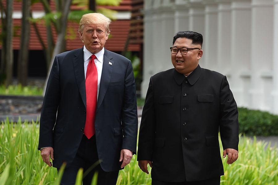 6月12日,特朗普和金正恩在新加坡會面。圖為兩人會談休息期間散步。(ANTHONY WALLACE/AFP/Getty Images)