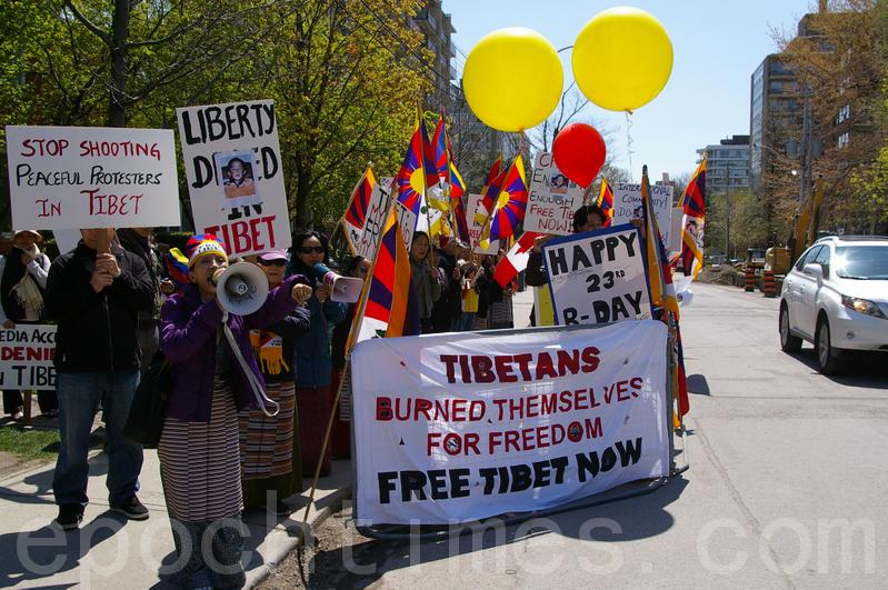 中共利用間諜監控流亡藏人的活動。圖為多倫多藏人社區成員在中領館前抗議。(Gedhun Choekyi Nyima)17年。(周行/大紀元)