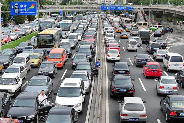 6月15日,北京又發佈限車令,觸怒當地民眾。(Getty Images)
