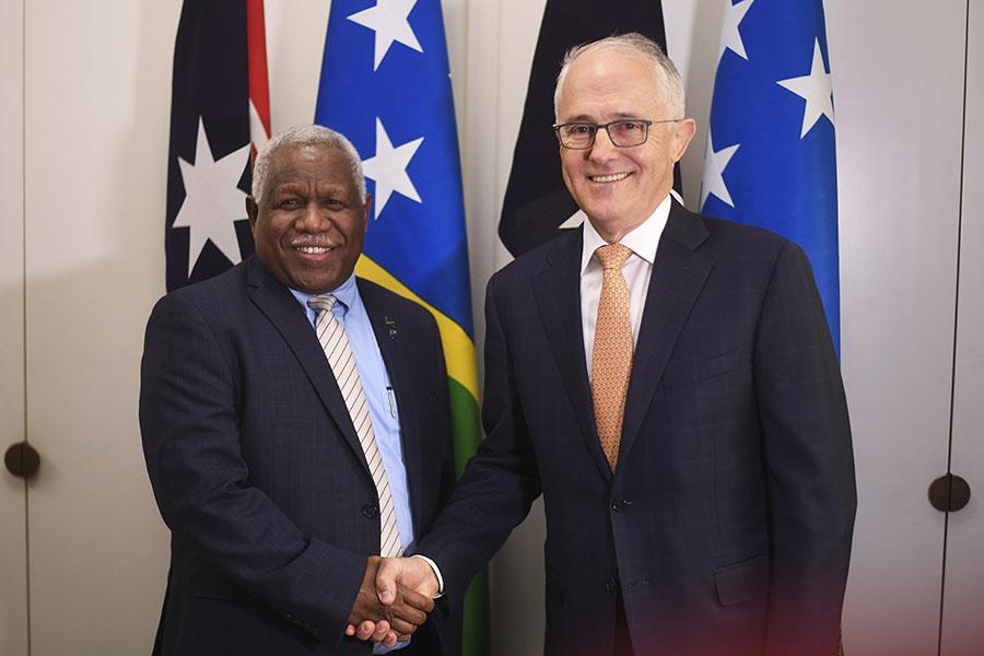 6月13日,澳洲總理特恩布爾與所羅門群島總理何瑞朗會面。(LUKAS COCH/AFP/Getty Images)