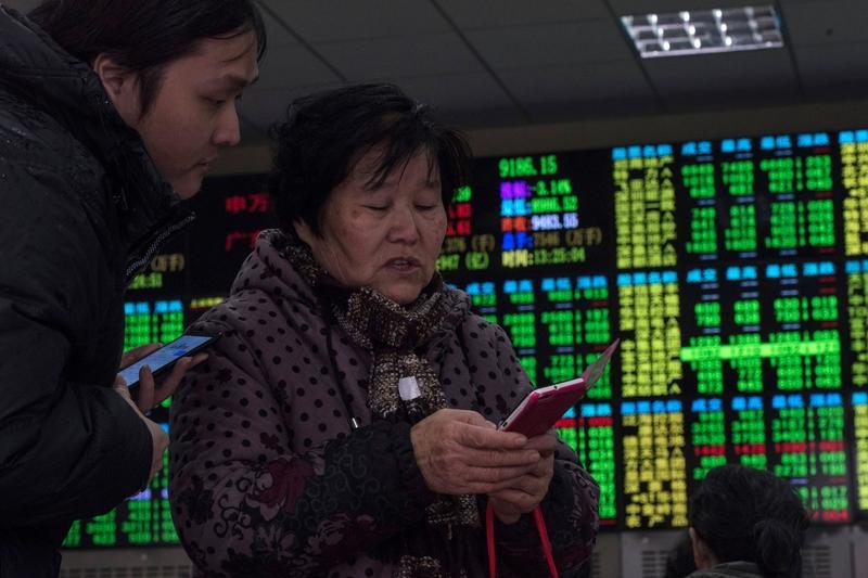 在中美貿易戰升溫之際,6月15日,A股三大指數繼續齊跌。盤中,滬指創逾20個月新低。圖為資料圖片。(AFP/Getty Images)