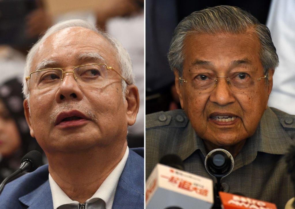馬來西亞總理馬哈蒂爾(右)最新表示,當局已經找到「足夠證據」提控前總理納吉(右)。(ROSLAN RAHMAN/AFP/Getty Images)